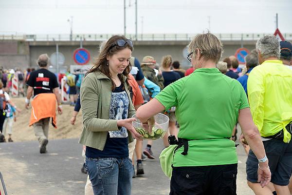 Nederland, Nijmegen, 15-7-2014Op de Wedren starten om 4 uur de eerste lopers van de 4 daagse. Via de Waalbrug en Lent (foto) ging het naar de Betuwe en via de Oosterhoutsedijk weer terug. Het was goed wandelweer, dus dit stuk dijk hoefde haar rampzalige  reputatie uit 2006 niet waar te maken. Komkommers worden uitgedeeld door bewoners.The International Four Day Marches Nijmegen, or Vierdaagse, is the largest marching event in the world. It is organised every year in Nijmegen in mid-July as a means of promoting sport and exercise. Participants walk 30, 40 or 50 kilometers daily, and, on completion, receive a royally approved medal, Vierdaagsekruis. The participants are mostly civilians, but there are also a few thousand military participants. The vierdaagse, Dutch for Four day Event, is an annual walk that has taken place since 1909, being based at Nijmegen since 1916.Foto: Flip Franssen/Hollandse Hoogte