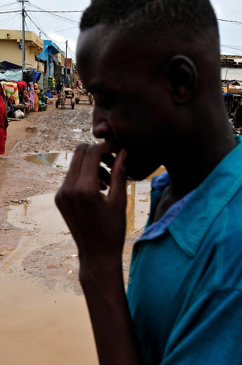 L'eau inonde la ville après un orage de l'hivernage. La région du Sahel est sujette aux inondations pendant la saison de pluie en raison de manque d'infrastructure et de systèmes de gestion d'eau..Sélibaby, Mauritanie. 07/09/2010..Photo © J.B. Russell