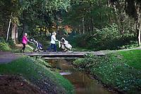VELDHOVEN - Golfers steken het beekje De Gender over. Golfbaan Gendersteyn Burggolf.  COPYRIGHT KOEN SUYK