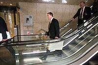 Nederland. Den Haag, 16 september 2008.<br /> Prinsjesdag.<br /> Minister Bos met het koffertje op weg naar live televisie.Wouter bos.<br /> Foto Martijn Beekman<br /> NIET VOOR PUBLIKATIE IN LANDELIJKE DAGBLADEN.