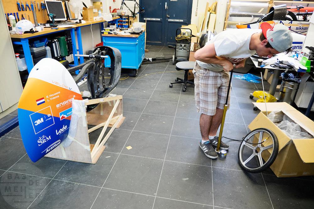 In Delft werkt het team aan de nieuwe fiets. In september wil het Human Power Team Delft en Amsterdam, dat bestaat uit studenten van de TU Delft en de VU Amsterdam, een poging doen het wereldrecord snelfietsen te verbreken, dat nu op 133,8 km/h staat tijdens de World Human Powered Speed Challenge.<br /> <br /> In Delft the team is assembling the new bike. With the special recumbent bike the Human Power Team Delft and Amsterdam, consisting of students of the TU Delft and the VU Amsterdam, also wants to set a new world record cycling in September at the World Human Powered Speed Challenge. The current speed record is 133,8 km/h.
