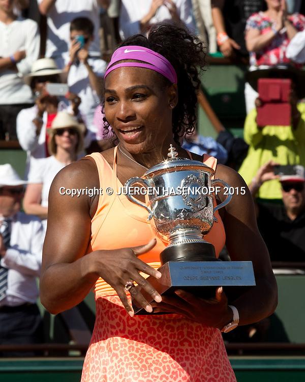 Serena Williams (USA) mit dem Pokal, Finale, Siegerehrung<br /> <br /> Tennis - French Open 2015 - Grand Slam ITF / ATP / WTA -  Roland Garros - Paris -  - France  - 6 June 2015.