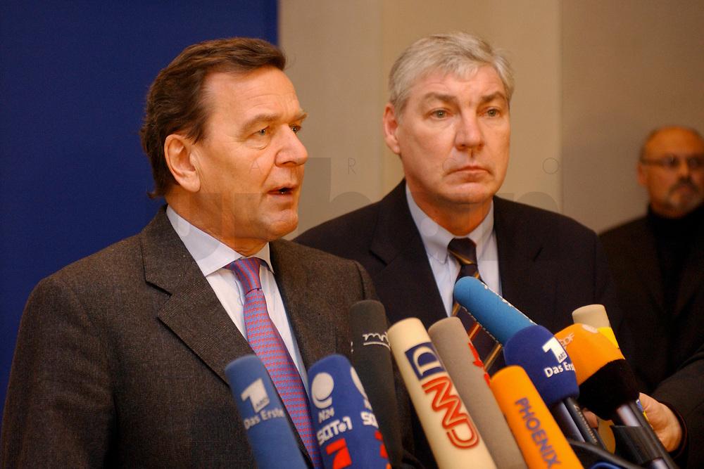 03 DEC 2002, BERLIN/GERMANY:<br /> Gerhard Schroeder (L), SPD, Bundeskanzler, und Michael Sommer (R), Vorsitzender Deutscher Gewerkschaftsbund, DGB, geben ein kurzes Pressestatement, nach einer Sitzung des SPD Gewerkschaftsrates, Deutscher Bundestag<br /> IMAGE: 20021203-02-013<br /> KEYWORDS: Gerhard Schr&ouml;der, Mikrofon, microphone