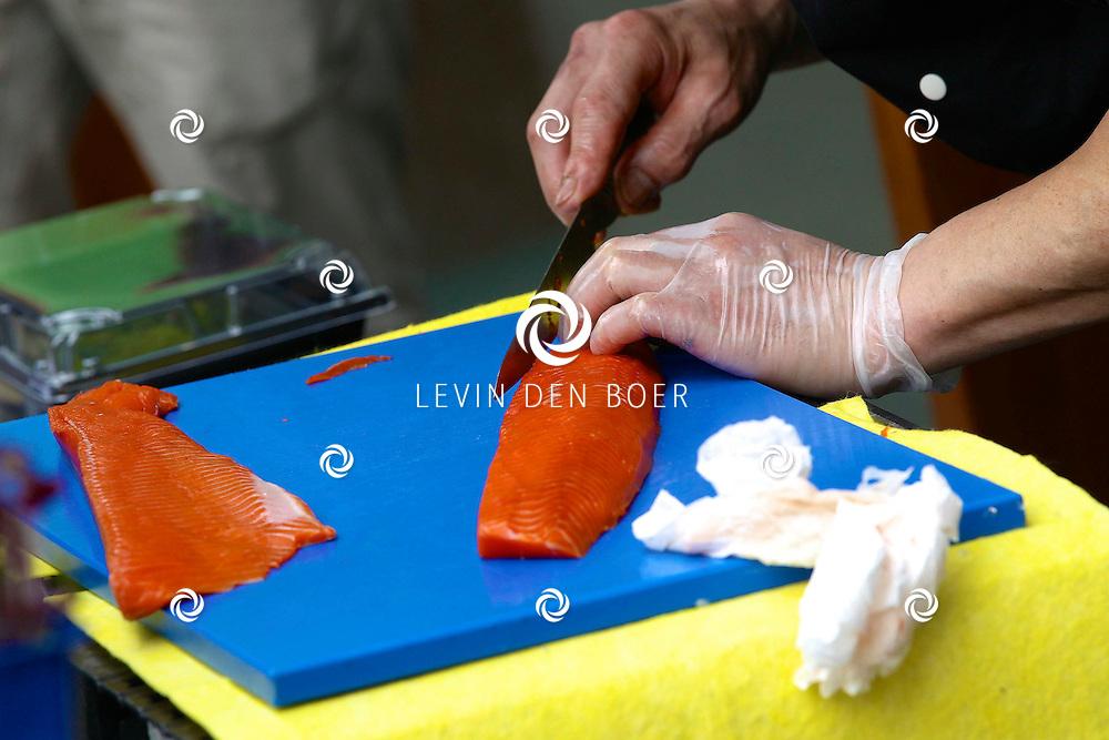 AMSTERDAM - In de tuin van het Hilton Hotel Amsterdam is de jaarlijkse haringparty weer aan de gang. Met hier op de foto een stuk zalm die klaargemaakt word voor verse Sushi. FOTO LEVIN DEN BOER - PERSFOTO.NU
