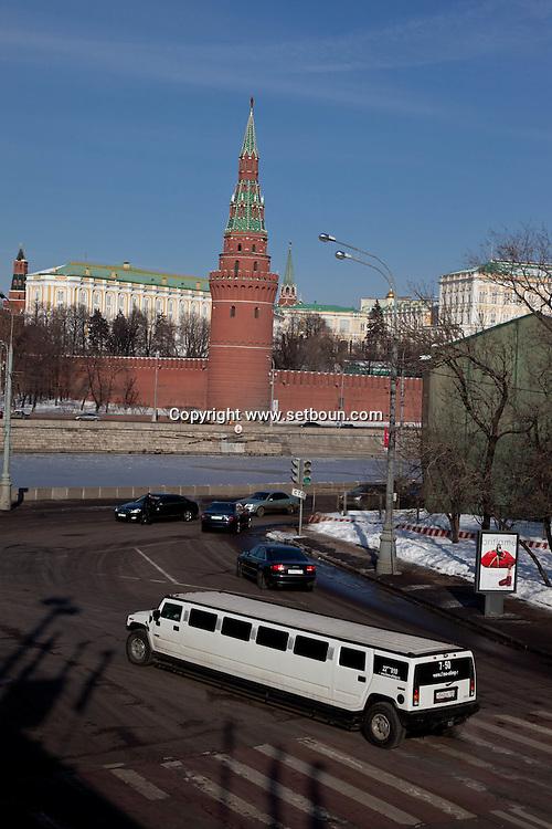 The kremlin walls and the Moskova river frozen in winter, Moskow Russia /// les remparts du Kremlin et la riviere Moskova gelee en hiver.  Moscou Russie