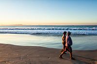 Pessoas caminhando na Praia da Lagoinha. Florianópolis, Santa Catarina, Brasil. / People walking on Lagoinha Beach. Florianopolis, Santa Catarina, Brazil.