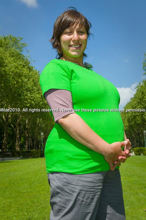Groen, Meyrem Almaci.portret van de voorzitster van Groen, voordat ze voorzitster was, kreeg ze haar kind. Hier is ze hoogzwanger, gefotografeerd bij haar woning in Brussel, Koekelberg.