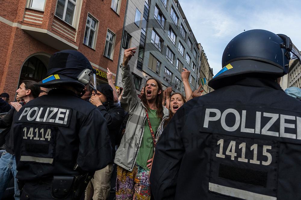 Ein Gegendemonstrant zeigt w&auml;hrend der Demonstration der rechtsextremen Identit&auml;ren Bewegung am 17.06.2016 in Berlin, Deutschland den Mittelfinger in Richtung der Demo. Mehre hundert Menschen demonstrierten gegen den ersten Marsch der rechtsextremen Identit&auml;ren Bewegung in Deutschland. Foto: Markus Heine / heineimaging<br /> <br /> ------------------------------<br /> <br /> Ver&ouml;ffentlichung nur mit Fotografennennung, sowie gegen Honorar und Belegexemplar.<br /> <br /> Bankverbindung:<br /> IBAN: DE65660908000004437497<br /> BIC CODE: GENODE61BBB<br /> Badische Beamten Bank Karlsruhe<br /> <br /> USt-IdNr: DE291853306<br /> <br /> Please note:<br /> All rights reserved! Don't publish without copyright!<br /> <br /> Stand: 06.2016<br /> <br /> ------------------------------