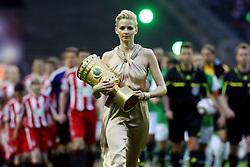 FUSSBALL: Deutschland, DFB Pokal-Finale, FC Bayern Muenchen - SV Werder Bremen, Berlin, 15.05.2010<br /> Illustration, Hostess mit Pokal<br /> © pixathlon