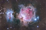 Der grosse Orionnebel ist ein Sternentstehungsgebiet in einer Entfernung von ca. 1500 Lichtjahren und einer Ausdehnung von ca. 30 Lichtjahren. Innerhalb dieses Gebietes gibt es ca. 3000 Einzelsterne, davon mehrere hundert Sterne in allen Stadien ihrer Geburt. Ultraviolettes Licht von heißen Sternen erhitzt das interstellare Gas und regt es zum Leuchten an. Die Ausdehnung und Helligkeit dieses Nebels am Nachthimmel ist gewaltig. Bereits mit bloßem Auge kann das Zentrum des Nebels als verschwommener heller Fleck im Sternbild Orion erkannt werden. Aufnahmedaten Orion Nebel M42: Luminanz: 12 x 20 s @ 400ASA ; 12 x 1 s @ 800 ASA 10 x 300 s @ 800 ASA ; 7 x 300 s @ 1600 ASA 10 x 600 s @ 1600 ASA ; 23 x 600 s @ 800 ASA Hα -Filter: 15 x 120 s @ 1600 ASA 5 x 480 s @ 1600 ASA Aufnahmeoptik: Takahashi FS102 NSV f/8 Kamera: Canon EOS 20Da Autoguiding: Webcam guiding @ Vixen ED81 + 2x barlow Bildbearbeitung: ImagesPlus, PS, Neat Image