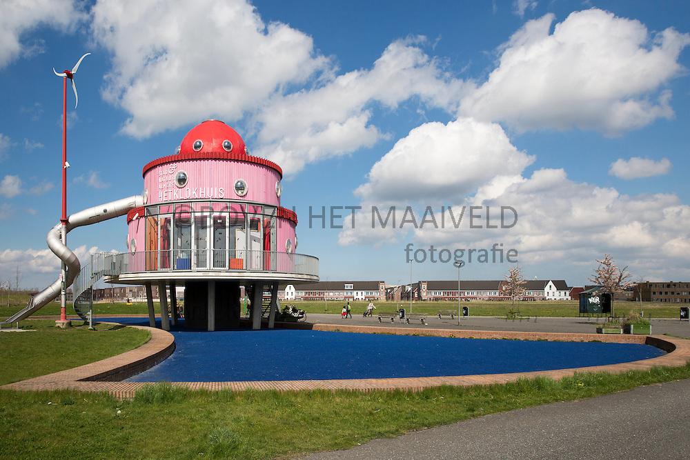 Almere, Klokhuis, ontworpen door kinderen. Ligt in het Cascadepark.Bovenkant van het plateau is precies op NAP.