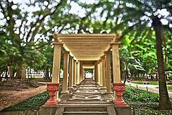 O Parque Farroupilha, tamb&eacute;m conhecido como Parque da Reden&ccedil;&atilde;o, &eacute; o parque mais tradicional e popular de Porto Alegre, sendo um local tradicionalmente visitado pelos porto-alegrenses nas horas de descanso, seja para praticar esportes ou simplesmente tomar um chimarr&atilde;o com a fam&iacute;lia. Entre os diversos recantos est&aacute; o &quot;Pergolado Romano&quot;, com colunas j&ocirc;nicas, p&oacute;rtico triangular e trepadeiras.<br /> Fazem parte do conjunto paisag&iacute;stico &aacute;rvores, ciprestes e arbustos esculpidos, sugerindo ao visitante a bela paisagem da velha Europa. FOTO: Jefferson Bernardes/Preview.com