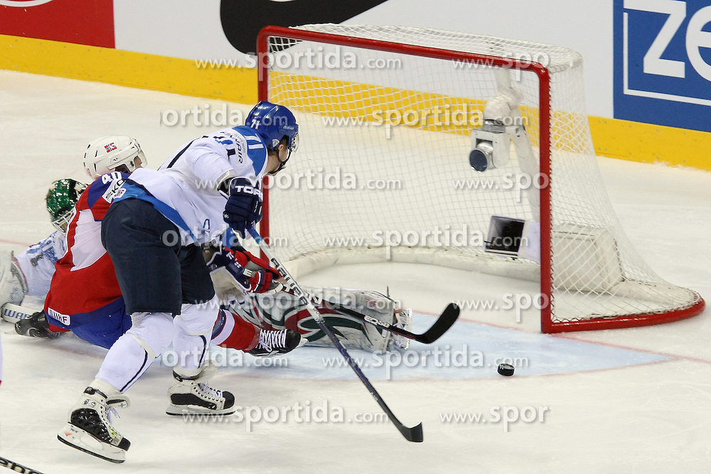 12.05.2011, Orange Arena, Bratislava, SVK, IIHF 2011 World Championship, Finnland vs Norway, im Bild KOMAROV IS HOOKING OLIMB, PENALTY SHOT. EXPA Pictures © 2011, PhotoCredit: EXPA/ EXPA/ Newspix/ .Tadeusz Bacal +++++ ATTENTION - FOR AUSTRIA/(AUT), SLOVENIA/(SLO), SERBIA/(SRB), CROATIA/(CRO), SWISS/(SUI) and SWEDEN/(SWE) CLIENT ONLY +++++