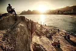 Reza a tradição que cariocas e turistas se reúnem no verão na Pedra do Arpoador, na zona sul do Rio de Janeiro, para aplaudir o pôr-do-sol. Alguns incrédulos duvidam. Outros já ouviram falar, mas nunca foram. De qualquer forma vale a pena conferir. FOTO: Jefferson Bernardes/Preview.com