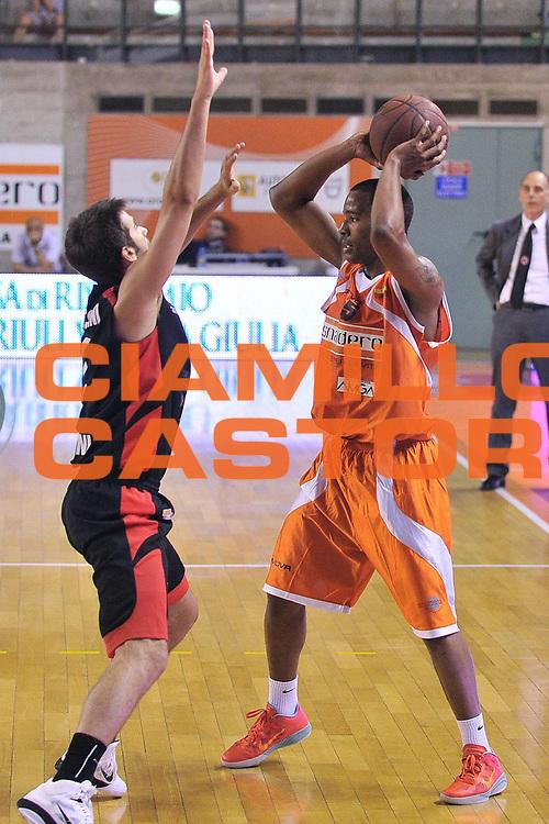 DESCRIZIONE : Udine Lega A2 2010-11 Snaidero Udine Immobiliare Spiga Rimini<br /> GIOCATORE : Donte Mathis<br /> SQUADRA : Snaidero Udine<br /> EVENTO : Campionato Lega A2 2010-2011<br /> GARA : Snaidero Udine Immobiliare Spiga Rimini<br /> DATA : 06/05/2011<br /> CATEGORIA : Pasaggio<br /> SPORT : Pallacanestro <br /> AUTORE : Agenzia Ciamillo-Castoria/S.Ferraro<br /> Galleria : Lega Basket A2 2010-2011 <br /> Fotonotizia : Udine Lega A2 2010-11 Snaidero Udine Immobiliare Spiga Rimini<br /> Predefinita :