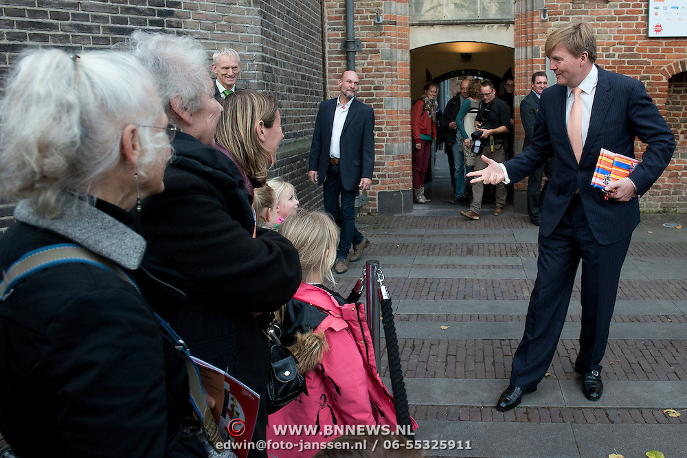 Koning Willem-Alexander geeft startsein voor nieuwe Oranjefonds campagne Maatjes Gezocht . Maatjes zijn vrijwilligers die iemand gedurende langere tijd een steuntje in de rug bieden. <br /> <br /> King Willem-Alexander launches new campaign Oranjefonds Buddies Wanted. Buddies are volunteers who offer someone for a long time a helping hand.<br /> <br /> Op de foto / On the photo:   Koning Willem Alexander vertrekt  bij museum Het Catharijneconvent / King Willem Alexanderl eaves  The Museum Catharijneconvent