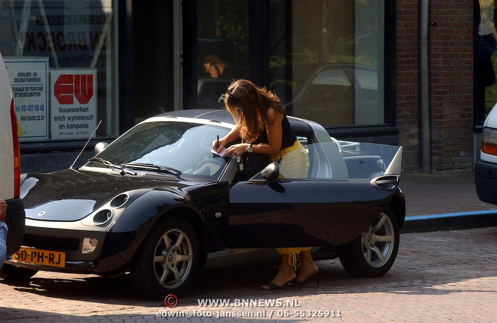 Susan Blokhuis parkeert haar auto in Laren zoonder parkeerschijf