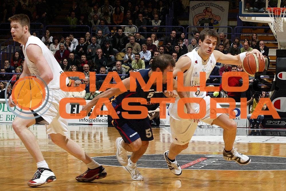 DESCRIZIONE : Bologna Lega A1 2005-06 VidiVici Virtus Bologna Lottomatica Virtus Roma <br /> GIOCATORE : Drejer <br /> SQUADRA : VidiVici Virtus Bologna <br /> EVENTO : Campionato Lega A1 2005-2006 <br /> GARA : VidiVici Virtus Bologna Lottomatica Virtus Roma <br /> DATA : 12/03/2006 <br /> CATEGORIA : Penetrazione <br /> SPORT : Pallacanestro <br /> AUTORE : Agenzia Ciamillo-Castoria/L.Villani <br /> Galleria : Lega Basket A1 2005-2006 <br /> Fotonotizia : Bologna Campionato Italiano Lega A1 2005-2006 VidiVici Virtus Bologna Lottomatica Virtus Roma <br /> Predefinita : si