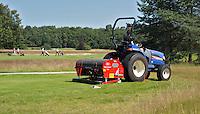 LEUSDEN - Greenkeeper zorgt voor het onderhoud aan de baan. Golfclub De Hoge Kleij. COPYRIGHT KOEN SUYK