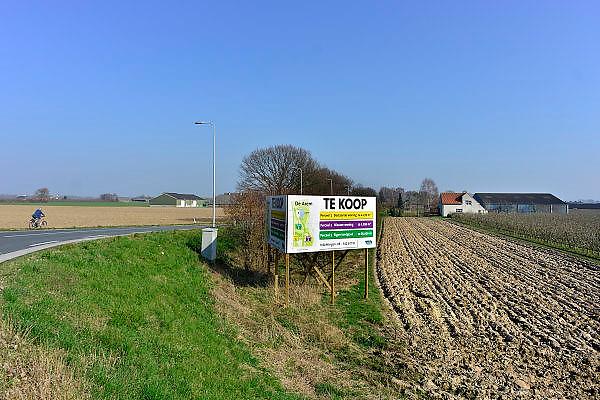 Nederland, Leuth, 12-3-2014Boerderij en landbouwgrond in de Ooijpolder te koop. Geeft aan hoe slecht het gaat met het boerenbedrijf. Veel boeren gaat het economisch slecht en veel agrariers besluiten tot verkoop van hun bedrijf. Hier gaat het om een Foto: Flip Franssen/Hollandse Hoogte
