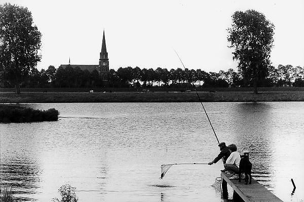 Nederland, Batenburg, 1-5-1998Visser, Opa, Oudere met zoon vangt vis in de Maas.Recreatie, Sportvissen, hond, kerkdorpFoto: Flip Franssen/Hollandse Hoogte