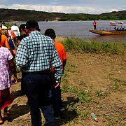 FRONTERA COLOMBO-VENEZOLANA<br /> (Copyright © Aaron Sosa)<br /> Puesto fronterizo del Ejercito Venezolano. Al otro lado del Rio Orinoco se aprecia el poblado de Casuarito, Colombia.<br /> Grupo de personas que abordaran la lancha que lo llevara a tierras colombianas.<br /> Puerto Ayacucho, Estado Amazonas, Venezuela 2008