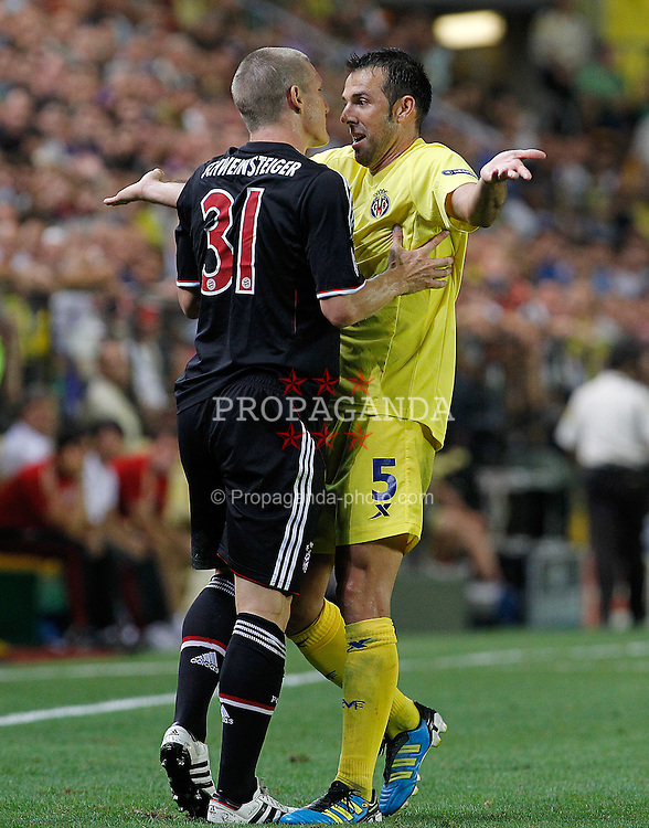 14.09.2011, Estadio El Madrigal, Villareal, ESP, UEFA CL, Villareal CF v FC Bayern Muenchen, im Bild Villareal CF's Carlos Marchena (r) and FC Bayern Munchen's Bastian Schweinsteiger have words during UEFA Champions League match.September 14,2011. EXPA Pictures © 2011, PhotoCredit: EXPA/ Alterphoto/ Acero +++++ ATTENTION - OUT OF SPAIN/(ESP) +++++