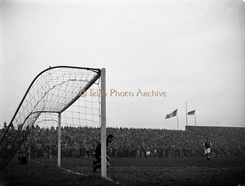 17/03/1960<br /> 03/17/1960<br /> 17 March 1960<br /> Soccer: League of Ireland v Hessen Football Association at Dalymount Park, Dublin.<br /> Hessian Goalie Leichum makes a fine stop.