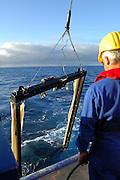 Das große Tiefsee-Planktonnetz MOCNESS 10-m ist zurück an der Oberfläche. Alle einzelnen Segmente des Netzes, die nach und nach in definierten Tiefen durch Aufspannen im großen Rahmen auf- und zu gegangen sind, befinden sich jetzt geschlossen an der Unterkante - der Fang ist somit komplett und wird von den Wissenschaftlern gespannt erwartet. research | Deep Sea plankton | Tiefsee Plankton |Planktonnetz MOCNESS 10-m| Forschung