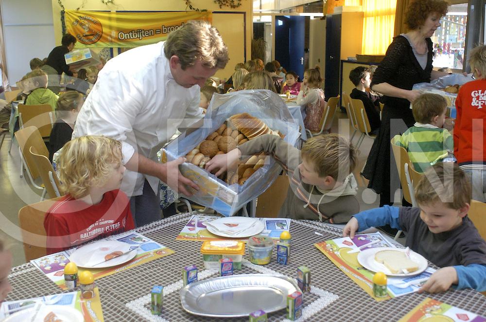 071030 ommen ned..Ontbijt op school bij het Kompas...De bovenbouw leerlingen hielpen de jongeren bij het smeren...foto: Berjan ten Brinke deelt het brood uit...fotografie frank uijlenbroek©2007 frank uijlenbroek...