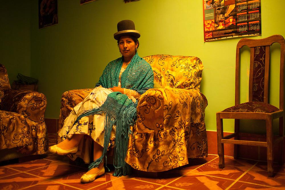"""Patricia Kaly Tito, """"Alicia Flores"""", en el interior de su casa. Las Cholitas usan el vestido tradicional de los Aymara para luchar en el cuadrilátero, en El Alto, Bolivia, el 25 de Febrero de 2012."""
