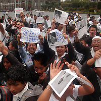Toluca, Mex.- Estudiantes de la preparatoria No. 55 del Valle de México, bloquearon intermitentemente la calle de Lerdo mientras se manifestaban frente a palacio de gobierno para pedir a las autoridades de educacion estatal, su reconocimiento como plantel oficial. Agencia MVT / Luis Enrique Hernandez V. (DIGITAL)<br /> <br /> <br /> <br /> NO ARCHIVAR - NO ARCHIVE