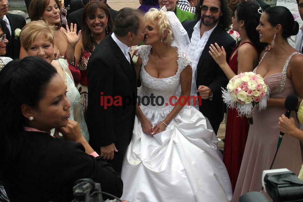 May/11/2007. Orlando, Florida. USA. .La presentadora de television y actriz Charytin (centro) besa a su esposo Elin Ortiz  despues de la ceremonia de renovacion de votos en el pavellon de bodas del parque de atracciones Disney de la ciudad de Orlando, Florida el 11 de mayo 11 de 2007. (Foto por IPAPHOTO.COM)