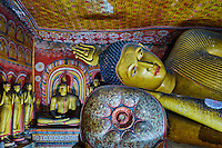 Sri Lanka, province du centre, district de Matale, Dambulla, Temple d'Or classé patrimoine mondial de l'UNESCO, temple troglodytiques, monastère construit dans la roche et qui abrite cinq sanctuaires dans les grottes, grotte No 3, statue bouddhique et fresques, bouddha couché // Sri Lanka, Ceylon, North Central Province, Dambulla, Buddhist Cave Temple, UNESCO World Heritage Site, Cave 3, reclining Buddha and frescos