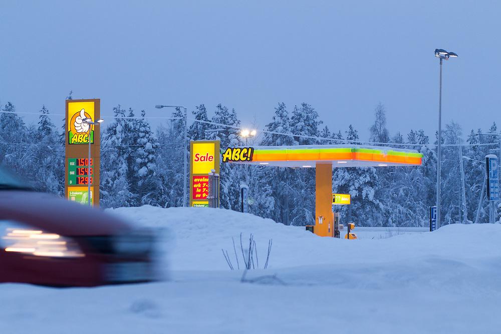 FINNLAND - Lappland - REISE/Travel; Region um Kittilä im Norden Lapplands; Skigebiete, Winter, Schnee; Die Region Ylläs in Lappland besteht aus sieben Fjälls, wobei der Ylläs-Fjäll.mit 718 Metern einer der höchsten in Lappland ist. HIER: Tankstelle ABC ! - mittags - kaum Tageslicht, Zwielicht ;Ylläs, 16.01.2011