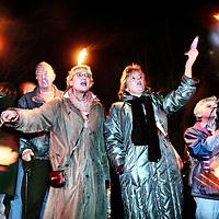 Nederland,Nieuwersluis ,5 januari 2007..Lichtjestocht via het zandpad naar de gevangenis waar de in afwachting van haar vonnis   wegens meervoudige moord veroordeelde Lucia de B in hechtenis zit..De symphatisanten zwaaien met fakkels en lichtjes naar de gevangenis..Lucia Isabella Quirina de Berk (Den Haag, 22 september 1961), in de Nederlandse media meestal aangeduid Lucia de B., is een Nederlandse verpleegkundige die in 2003 veroordeeld is tot een levenslange gevangenisstraf wegens meerdere moorden[1]. Ze zou verantwoordelijk zijn voor de dood van verschillende ziekenhuispatiënten die aan haar zorg waren toevertrouwd. De veroordeling van Lucia is in de media en onder wetenschappers omstreden; volgens sommigen zou er sprake zijn van een justitiële dwaling.