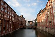 Die Heiligengeistbrücke wurde 1883 bis 1885 nach Plänen von Franz Andreas Meyer erbaut. Sie überspannt das Alsterfleet und stellt so die Verbindung zwischen Altstadt und Neustadt in Hamburg her. Links liegt die Oberfinanzdirektion, 1907 bis 1912 von Albert Erbe erbaut, rechts das neue Steigenberger-Hotel. Mit rund 2500 Brücken ist Hamburg Spitzenreiter bei den Brücken und wird somit nicht zu unrecht das Venedig des Nordens genannt.