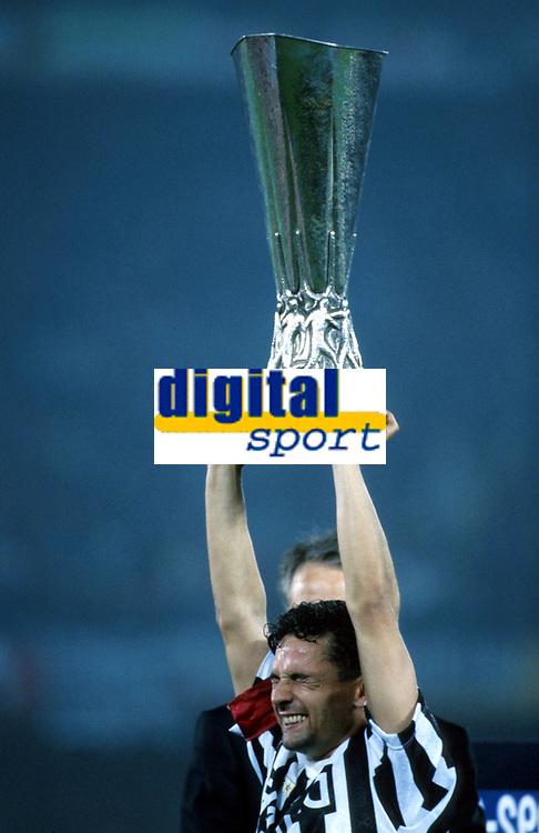 Fotball<br /> Foto: imago/Digitalsport<br /> NORWAY ONLY<br /> <br /> 00.00.1993 <br /> Roberto Baggio (Juventus) hält völlig verzückt den UEFA-Pokal in die Höhe