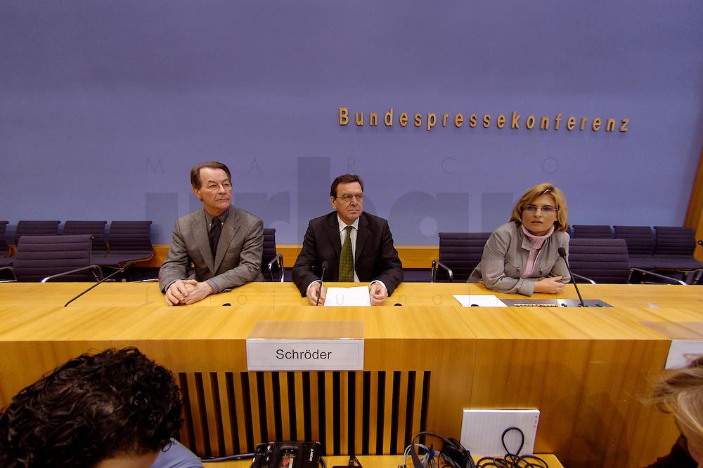 06 FEB 2004, BERLIN/GERMANY:<br /> Franz Muentefering (L), SPD Fraktionsvorsitzender, und Gerhard Schroeder (M), SPD, Bundeskanzler und SPD Parteivorsitzender, und Petra Diroll (R), Bundespressekonferenz, zu Beginn der Pressekonferenz zur Bekanntgabe von Schroeders Ruecktritt vom Parteivorsitz, Bundespressekonferenz<br /> IMAGE: 20040206-03-009<br /> KEYWORDS: Gerhard Schr&ouml;der, Franz M&uuml;ntefering, BPK, R&uuml;cktritt,