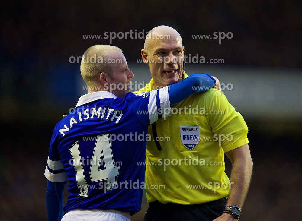 04.01.2014, Goodison Park, Liverpool, ENG, FA Cup, FC Everton vs Queens Park Rangers, 3. Runde, im Bild Referee Howard Webb and Everton's Steven Naismith // during the English FA Cup 3rd round match between Everton FC and Queens Park Rangers at the Goodison Park in Liverpool, Great Britain on 2014/01/04. EXPA Pictures &copy; 2014, PhotoCredit: EXPA/ Propagandaphoto/ David Rawcliffe<br /> <br /> *****ATTENTION - OUT of ENG, GBR*****