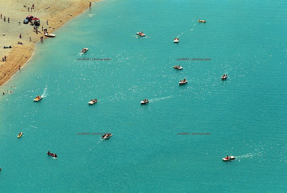 Auf dem Stausee Lac du Sainte-Croix in der franzoesischen Provence vergnuegen sich Touristen mit Tretbooten auf dem Wasser. tourist enjoy pedal boat trips on the lake Lac du sainte-croix in the Provence region in South france.