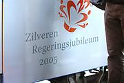 Hare Koninklijke Hoogheid Prinses M&aacute;xima der Nederlanden was 17  oktober aanwezig bij de start  van de Zilverrail, de Koninklijke Feest Express. <br /> <br /> Deze jongerentrein trekt door het land ter gelegenheid van het Zilveren Regeringsjubileum. Prinses M&aacute;xima rijdt mee in de reizende jongerentrein op maandagochtend 17 oktober van Utrecht naar Eindhoven. De Koningin sluit de feestelijkheden af op de laatste dag, donderdag 27 oktober, in Delft.