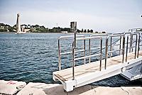 La passerella per l'imbarco di uno Yatch attraccato al porto di Brindisi e sullo sfondo il Monumento al Marinaio in viale Duca degli Abbruzzi 29/05/2010 PH Gabriele Spedicato