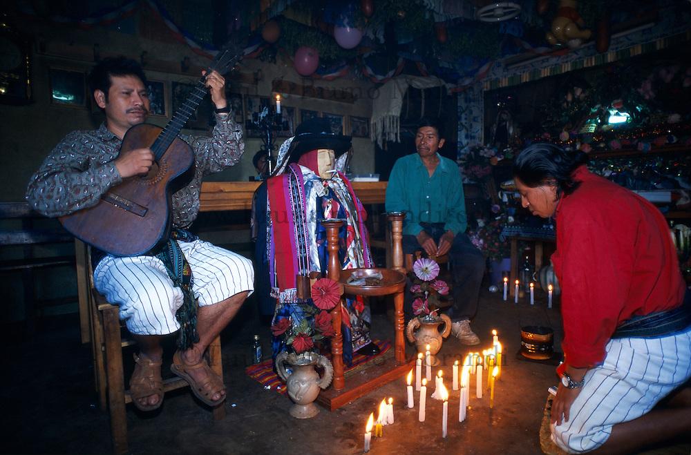 Guatemala. Lac Atitlan. Santiago Atitlan. Culte de Maximon. // Guatemala. Atitlan lake. Santiago de Atitlan. Maximon cult.