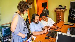 PORTO ALEGRE, RS, BRASIL, 21-01-2017, 12h18'52&quot;:  Desiree dos Santos, 32, discute um projeto com o Artista 3D Joel Grigolo, 46, durante entrevista  para a jornalista Barbara Nickel (&agrave; esq.), no espa&ccedil;o Matehackers Hackerspace, da Associa&ccedil;&atilde;o Cultural Vila Flores, no bairro Floresta da capital ga&uacute;cha. A  Consultora de Desenvolvimento de Software na empresa ThoughtWorks fala sobre as dificuldades enfrentadas por mulheres negras no mercado de trabalho.<br /> (Foto: Gustavo Roth / Ag&ecirc;ncia Preview) &copy; 21JAN17 Ag&ecirc;ncia Preview - Banco de Imagens