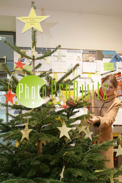 Mannheim. Universit&auml;t. UNI. ASta Weihnachtsbaum. Studentische Weihnachtsw&uuml;nsche werden aufgeh&auml;ngt.<br /> <br /> Bild: Markus Pro&szlig;witz<br /> ++++ Archivbilder und weitere Motive finden Sie auch in unserem OnlineArchiv. www.masterpress.org ++++