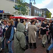 Huizerdag 2001, overzicht Oude Raadhuisplein publiek kraam