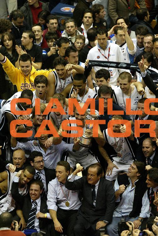 DESCRIZIONE : Forli Lega A1 2005-06 Coppa Italia Final Eight Tim Cup Carpisa Napoli Lottomatica Virtus Roma <br /> GIOCATORE : Coppa Team Napoli Tifosi <br /> SQUADRA : Carpisa Napoli <br /> EVENTO : Campionato Lega A1 2005-2006 Coppa Italia Final Eight Tim Cup Finale <br /> GARA : Carpisa Napoli Lottomatica Virtus Roma <br /> DATA : 19/02/2006 <br /> CATEGORIA : Esultanza <br /> SPORT : Pallacanestro <br /> AUTORE : Agenzia Ciamillo-Castoria/L.Moggi <br /> Galleria : Coppa Italia 2005-2006 <br /> Fotonotizia : Forli Campionato Italiano Lega A1 2005-2006 Coppa Italia Final Eight Tim Finale Carpisa Napoli Lottomatica Virtus Roma <br /> Predefinita :