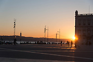 Portugal. Lisbon. the seaside in front of Praca do commercio  /   la rive devant la place du commerce . Lisbonne