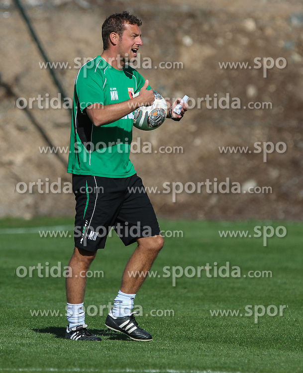 11.01.2014, Maspalomas, Gran Canaria, ESP, 1. FBL, FC Augsburg, Trainingslager, im Bild Markus Weinzierl (Trainer FC Augsburg) ruft, schreit, lautstark, gibt Anweisungen, dirigiert das Training, Freisteller, Einzelaktion, Ganzkoerper, Ganzfigur, hoch, Hochformat, vertikal, // during the Trainingscamp of German Bundesliga Club FC Augsburg at the Maspalomas in Gran Canaria, Spain on 2014/01/11. EXPA Pictures &copy; 2014, PhotoCredit: EXPA/ Eibner-Pressefoto/ Krieger<br /> <br /> *****ATTENTION - OUT of GER*****